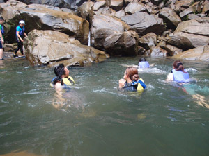 ピナイサーラの滝壺で泳ぐ