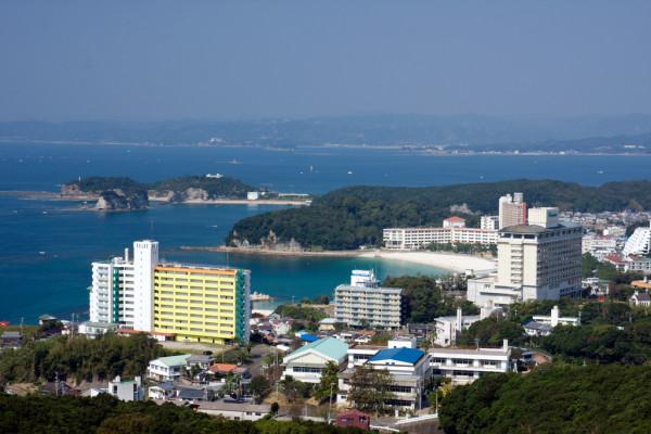白浜の町並みを一望できる高台にある公園です。天気の良い日は、白良浜海水浴場や海岸線の美しい風景が見渡せます。