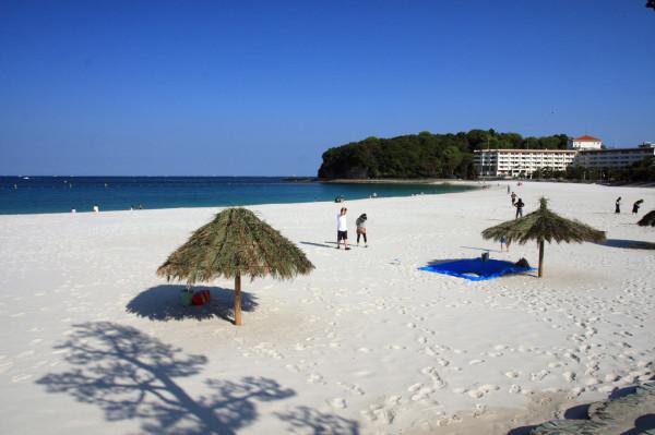 白良浜のビーチ:石英の砂からなる真っ白なビーチはとても美しく、青く澄んだ海の透明度も抜群です。