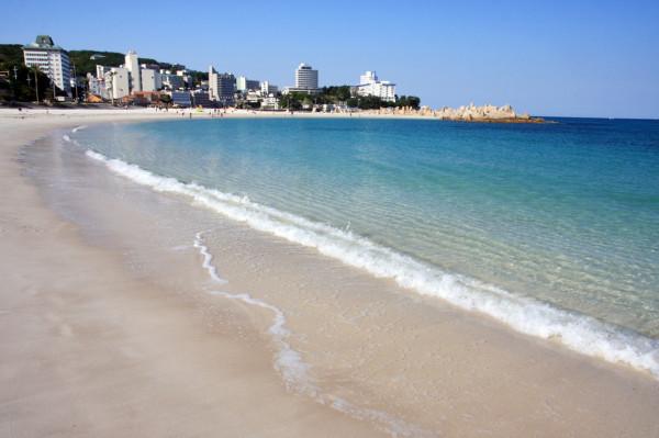 春の白良浜は、人影も少なく海の透明度も抜群ですね。この日は波も穏やかでした。