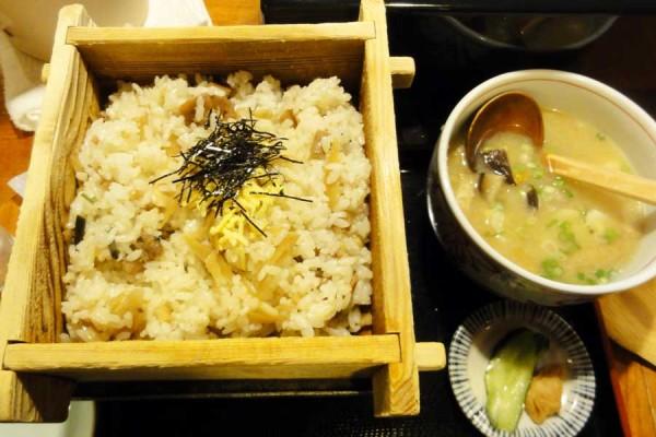 味処なか だご汁と地鶏めし(1200円) 地鶏めしはせいろで出てきます。