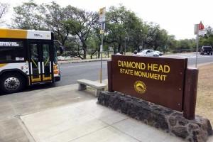 Diamond Head State Monumentという看板のあるバス停