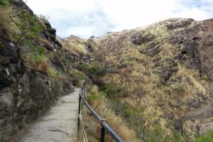 ダイヤモンドヘッドの登山道は整備されていますが道幅は狭い