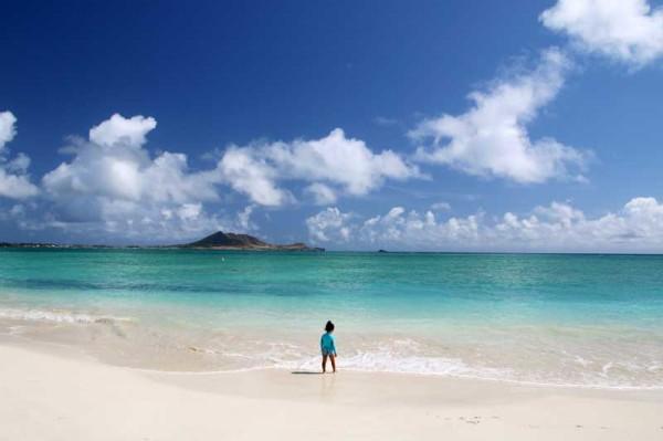 カイルアビーチの波が穏やかな日は、小さな子供でも波打ち際で遊べます