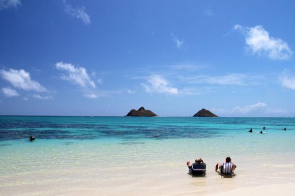 ラニカイビーチの絶景写真。ベンチに寝そべって海を眺める
