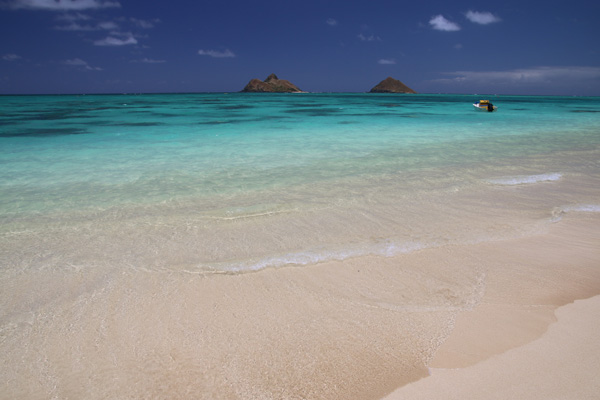 ラニカイビーチの絶景写真。 海の透明度は抜群、サラサラで真っ白な砂浜が美しい