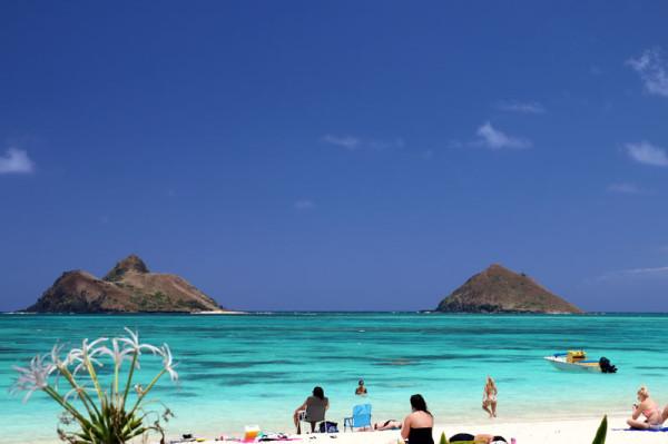 ニラカイビーチの絶景写真。左側がモクヌイ島(上陸可能)、右側がモクイキ島(上陸禁止)