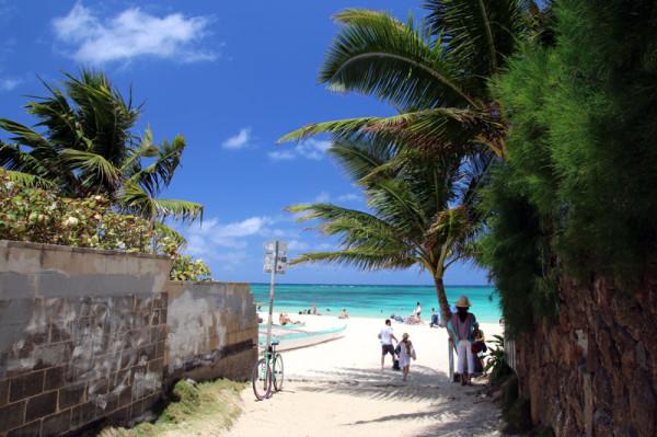 小道から見るラニカイビーチ