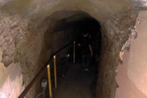 ダイヤモンドヘッド 薄暗いトンネル