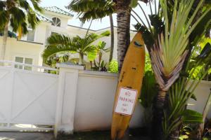 住宅の玄関や駐車場出入口付近は、絶対駐車禁止(NO PARKING ANY TIME)です