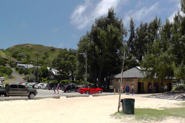 カイルアビーチパークの東端のビーチ前です。駐車場、トイレ、シャワーがあります。