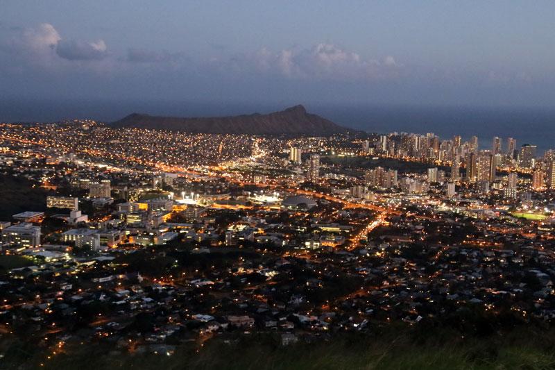 ホノルルの観光スポット!タンタラスの丘の展望台から見るホノルルの夜景と街並み、ダイヤモンドヘッド
