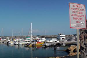 港には、小型~大型のクルーザーやヨットが停泊