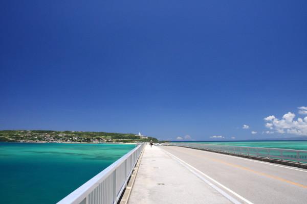 古宇利大橋の歩道を歩く 古宇利島方面へ歩いてすぐの所