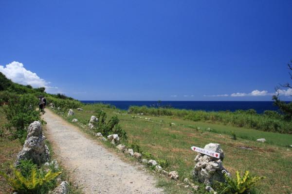 海の家の裏からハートロックのあるテーヌ浜へ向かいます