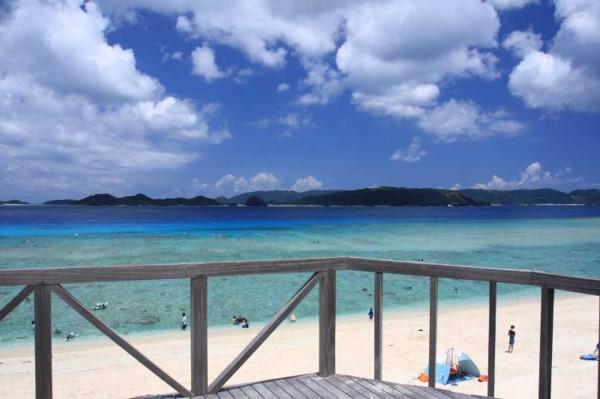 テラスからみるニシハマビーチ 沖に向かって微妙に変化する海の色が美しい!