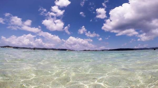 ニシハマビーチの浅瀬 この透明度は素晴らしいです。