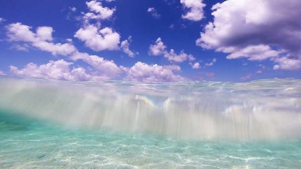 ニシハマビーチの浅瀬 青い空と海の中を一緒に撮影しました。沖縄本島からフェリーを使ってでも来る価値は十分ありますね。