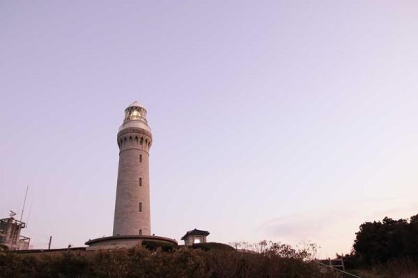 夕日に映える角島灯台