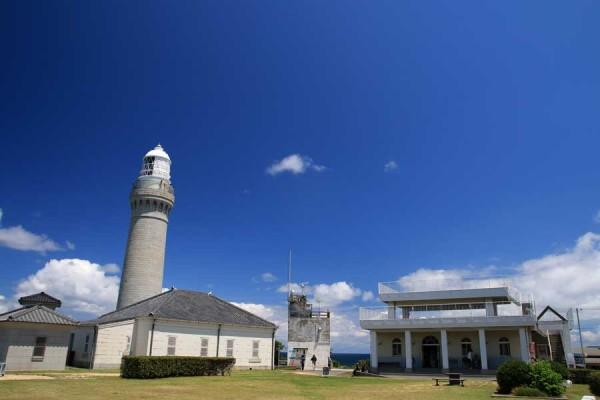 角島灯台の奥へ進むと広場になっています。トイレやベンチもあり休憩もできます。