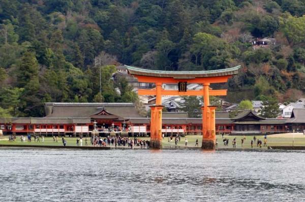 フェリーから厳島神社を眺める