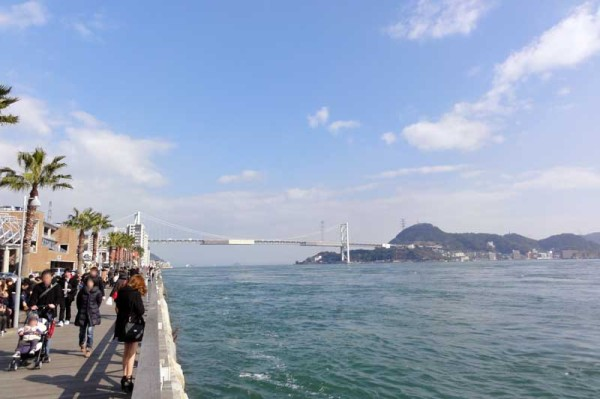唐戸市場の海側の桟橋から関門海峡大橋を望む