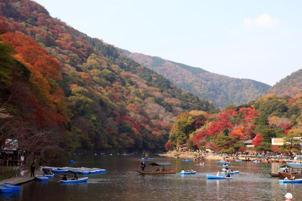 保津川では、山の紅葉を見ながらボート遊びができます。