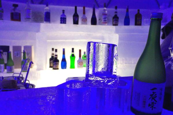 氷のバーは、ブルーの照明のせいか幻想的でお洒落な雰囲気(アイスビレッジ)