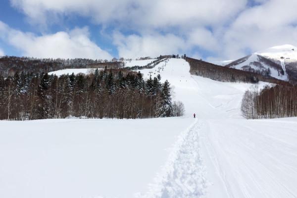 緩斜面でも非圧雪の中を滑るのは楽しいですね。