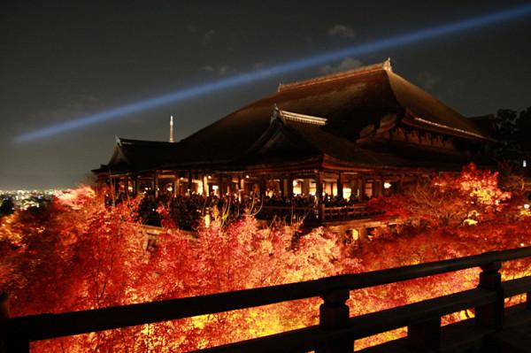 清水寺のライトアップの時に見える青い一筋の光は、観音様の「慈悲の光」を表しており京都の夜空に光を注いでいます。