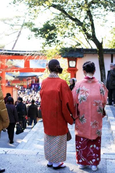 初詣は、着物姿の女性もたくさん参拝されています。大混雑の中少し癒されますね。