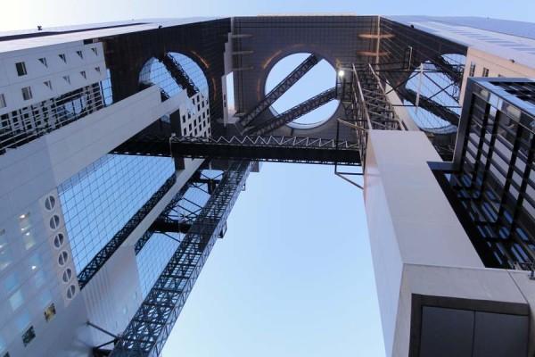 梅田スカイビルの中央真下から見上げると、その独特な形状に圧倒