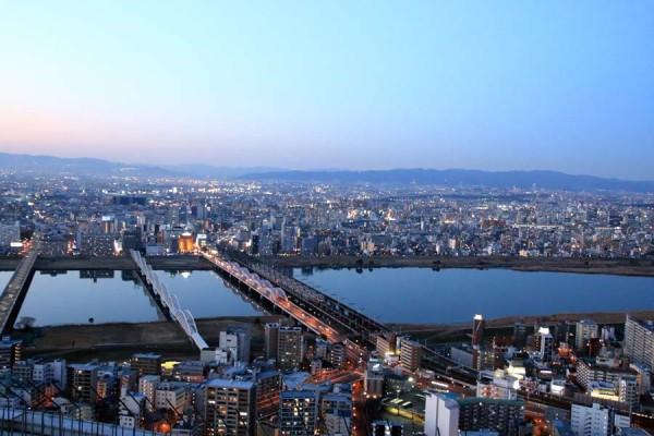 梅田スカイビルの北側では淀川と北摂の山々を望むことができます。