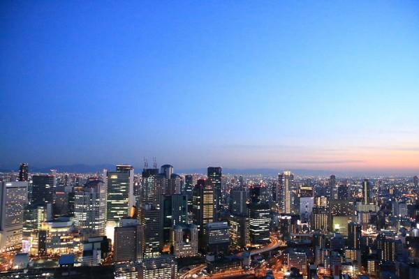 梅田スカイビルの屋上の様に風を感じながら絶景を眺められる場所は多くありません。
