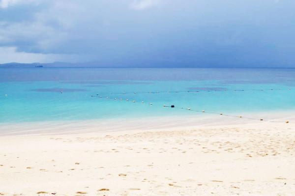 大泊(おおどまり)ビーチ:この日は梅雨の時期で曇っていましたが、海はとても青く綺麗