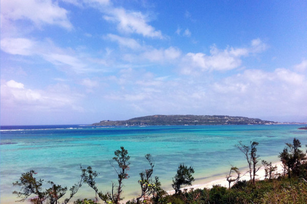 ウッパマビーチから古宇利島を望む