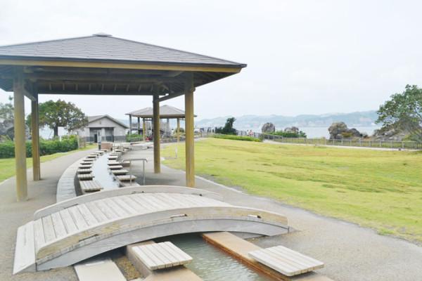 全長約100メートル、日本最大級ともいえる足湯