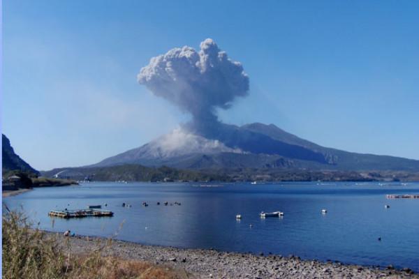 錦江湾に浮かぶ桜島の噴火の様子