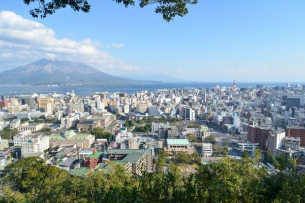 桜島と鹿児島市の中心市街地「天文館」付近