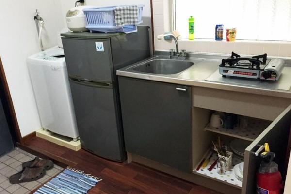 ビーチコマーのキッチンには、冷蔵庫、洗濯機の他、キッチンウェア完備