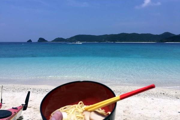 ケラマのビーチで食べる沖縄そばは最高に旨い
