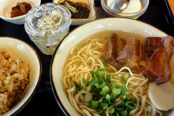 しむじょう一番人気 三枚肉沖縄そばのセット(950円)