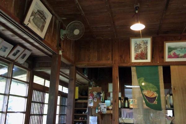 壁には、風景の絵
