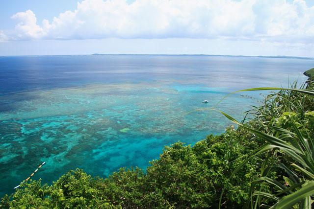 三角点の遠方には、宮古島の本島も良く見えます