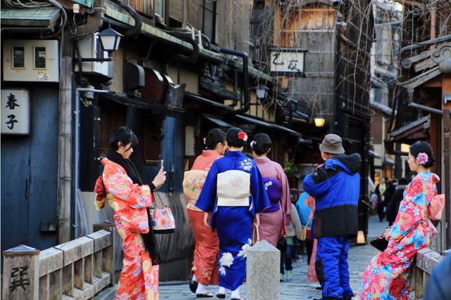 祇園白川の巽橋は着物の人気撮影スポット