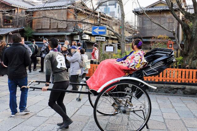 着物は、観光スポットでは人力車を活用すれば楽ちん