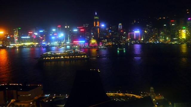 香港アクア(レストラン)から眺める夜景。ヴィクトリアハーバーや高層ビルの夜景が美しい