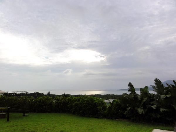 民宿マリウド(西表島)の庭から海を眺める