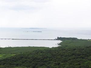 ピナイサーラの滝の上から鳩間島が見える