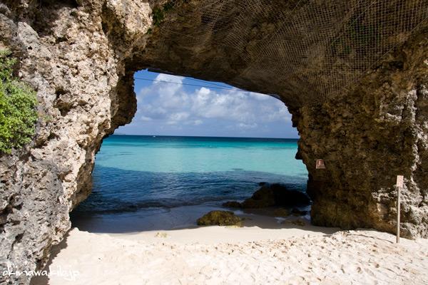 砂山ビーチの奇岩(洞窟)